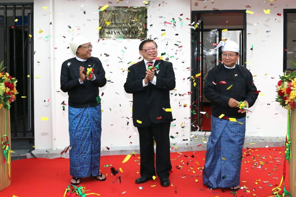 泰王国外交部副部长 Virasakdi Futrakul 先生和缅甸联邦共和国外交国务部长 U Kyaw Tin 荣幸地参加了缅甸联邦驻泰国大使馆的隆重开幕式。
